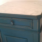 un bleu légèrement turquoise... vieilli! avec un marbre impécable!