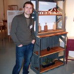 Voici l'artiste avec son meuble vintage le plus successful du stand!