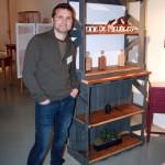 Voici l'artiste avec son meuble vintage le plus successful du stand!